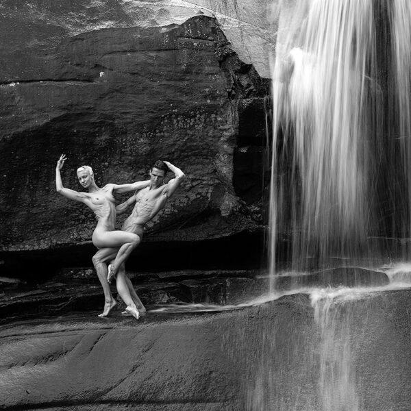 Wasserfall mit Frau und Mann